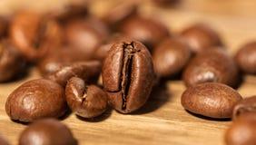 Kaffebönor på tabellen Royaltyfri Foto