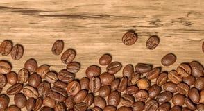 Kaffebönor på tabellen Royaltyfri Bild
