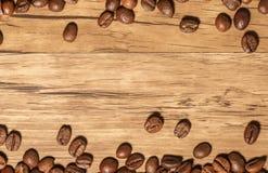 Kaffebönor på tabellen Royaltyfria Foton