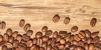 Kaffebönor på tabellen Arkivbilder