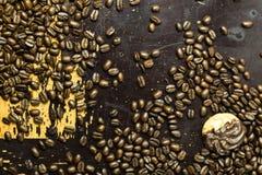 Kaffebönor på trä Royaltyfri Foto