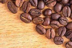 Kaffebönor på träbakgrund Royaltyfria Bilder