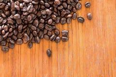 Kaffebönor på träbräde Royaltyfria Foton