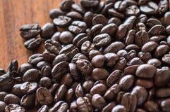 Kaffebönor på träbräden Royaltyfri Fotografi