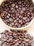 Kaffebönor på trägolv arkivbilder
