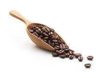 Kaffebönor på träskopan Fotografering för Bildbyråer