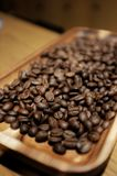 Kaffebönor på trät Royaltyfri Bild