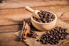 Kaffebönor på trätabellen Arkivfoto