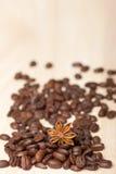 Kaffebönor på träyttersida Royaltyfria Bilder