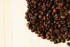 Kaffebönor på träyttersida Fotografering för Bildbyråer