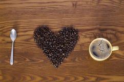 Kaffebönor sked och kopp royaltyfri foto