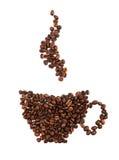 Kaffebönor som bildas som den isolerade kaffekoppen Royaltyfri Foto