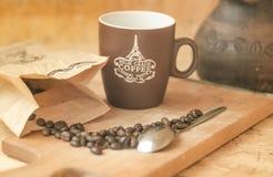Kaffebönor som bryggar, grundar nytt Royaltyfri Foto