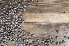 Kaffebönor som förläggas på träbakgrund Royaltyfri Bild