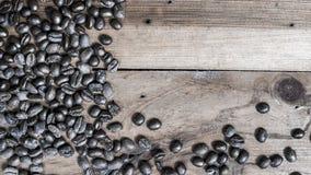 Kaffebönor som förläggas på träbakgrund Royaltyfria Foton