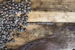 Kaffebönor som förläggas på träbakgrund Arkivbild