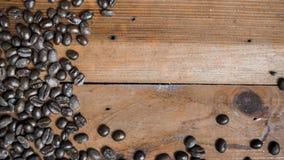 Kaffebönor som förläggas på träbakgrund Arkivfoton