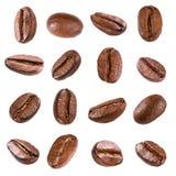 Kaffebönor som isoleras på vit Arkivbild