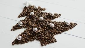 Kaffebönor som läggas i form av gran fotografering för bildbyråer