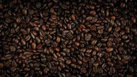 Kaffebönor som roterar fast utgiftskottet stock video