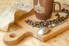 Kaffebönor som ska bryggas, att skeda Fotografering för Bildbyråer