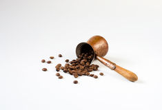 Kaffebönor spridda på tabellen Fotografering för Bildbyråer