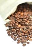 Kaffebönor spridda ut ur en påse Royaltyfri Bild