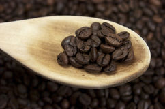 Kaffebönor. Träsked Arkivfoton