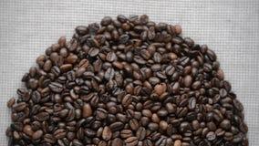 Kaffebönorna roterar på skivtallriken stock video