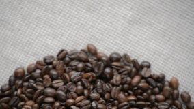 Kaffebönorna roterar på skivtallriken arkivfilmer