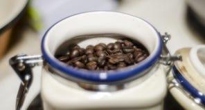 Kaffebönors r som är klart för bruk arkivbilder