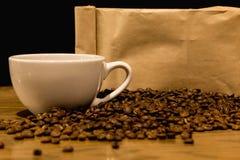 Kaffebegrepp med påsen för kaffebönor royaltyfri bild