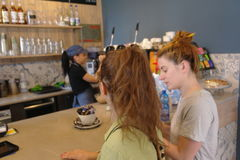 Kaffebeställning på stången Arkivbild
