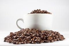 Kaffebönor och kuper Arkivbild