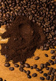 Kaffebönor över träyttersida Arkivfoto