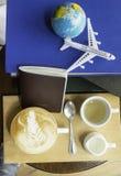 Kaffebokflygplan och värld Royaltyfri Foto
