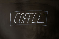 Kaffebokstäverkrita på svart skolförvaltningbakgrund Royaltyfri Foto
