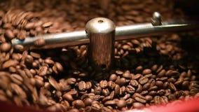 Kaffebrännare för stekhett kaffe arkivfilmer