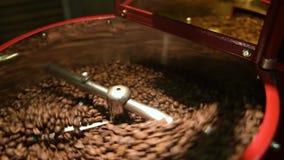 Kaffebrännare för stekhett kaffe lager videofilmer