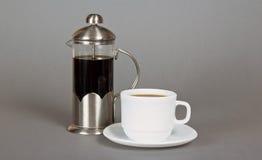 Kaffebryggare och kopp fotografering för bildbyråer