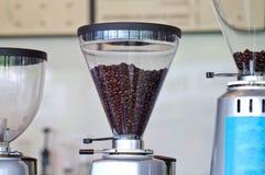 Kaffebryggaren bearbetar med maskin royaltyfri foto