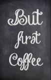 Kaffecitationstecken som är skriftligt med krita på ett svart bräde royaltyfri bild