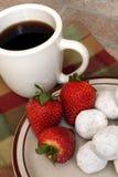 kaffedonuts pudrade jordgubbar Arkivfoton