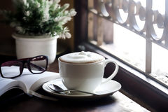 Kaffedrink på en wood tabell Royaltyfria Foton