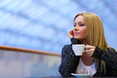 kaffedrinkkvinna Arkivbild
