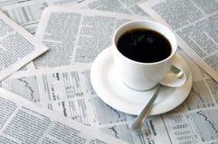 Kaffee über Zeitung Lizenzfreie Stockbilder