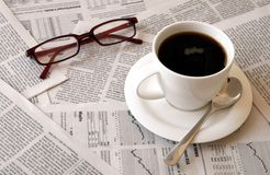 Kaffee über Zeitung Lizenzfreies Stockfoto