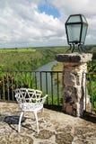 Kaffee Altosde Chavon mit Ansicht über tropischen Fluss Lizenzfreie Stockbilder
