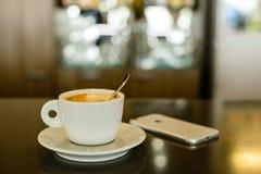 Kaffee americano Nahaufnahme auf dem Barabschluß oben Lizenzfreies Stockfoto