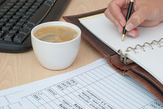 Kaffee am Arbeitsschreibtisch Lizenzfreie Stockfotografie
